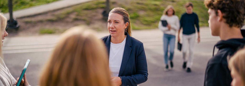 Lärare pratar med elever